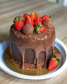 Chocolate Cream Cake, Best Chocolate Desserts, Fancy Cakes, Mini Cakes, Cupcake Cakes, Cake Recipes, Dessert Recipes, Strawberry Desserts, Drip Cakes