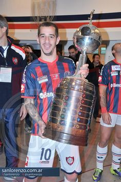 #SanLorenzoCampeonDeLaLibertadores Leandro con el trofeo en sus manos. Madrid, San, Grande, Club, Champs, Argentina, Crows, Display, Backgrounds