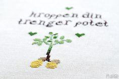 """Kroppen din trenger potet"" gratis korsstygnsmönster av Alicia Sivertsson med inspiration från Skam. / Free cross stitch pattern inspired by Skam, by Alicia Sivertsson."