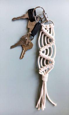 100 % coton corde macramé porte-clé ou accessoire de sac à main. S'il vous plaît choisir parmi 6 options de style. S'il vous plaît permettre Stéphan 1-3 jours pour compléter. Il s'agit d'un objet fait main donc chaque article est unique et très subtiles différences peuvent se