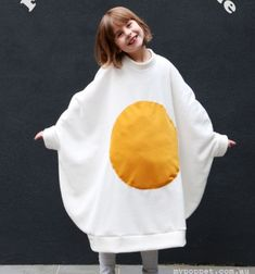 DIY Funny fried egg costume for kids (free sewing tutorial) Halloween Baby Photos, Up Halloween Costumes, Halloween Sewing, Twin Halloween, Family Costumes, Costume Zombie, Sewing For Kids, Free Sewing, Sewing Ideas