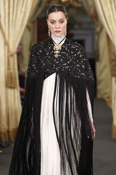 CARMELA-Dengue negro en organza bordada con maxi fleco de seda sobre vestido de talle alto en gasa de seda sobre cuerpo de chantilly con espalda abotonada.