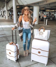 Travel outfit, airport style, white matching luggage and travel look ideas // comfy fall cardigan travel airport outfit … - Top Trends Fall Winter Outfits, Autumn Winter Fashion, Summer Outfits, Casual Date Night Outfit Summer, Fall Fashion, Spring Outfits Classy, Vegas Fashion, Comfy Fall Outfits, Fall Outfits 2018