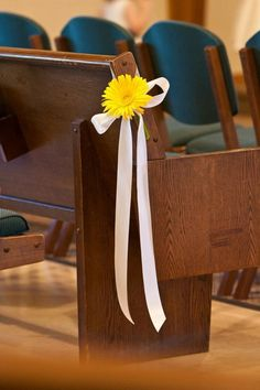 Simple yellow daisy pew bow