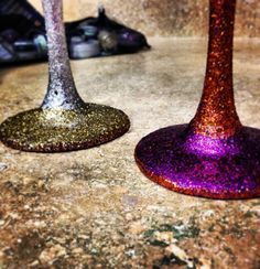 {DIY Glitter Wine Glasses} these would be so much fun tonight!