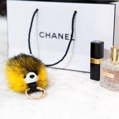 Llavero de visón disponible en varios colores.  Mink fur keychain, available in several colors.  Peletería Gabriel | Alta peletería en Zaragoza  Están hechos en visón y se pueden colgar del bolso o usar como llavero.  En la foto, con bolsa y pintalabios de Chanel y perfume de Valentino.  #piel #fur #vison #llavero #kewchain #regalos #colorfur # fashion #style #chanel #peleteria #zaragoza