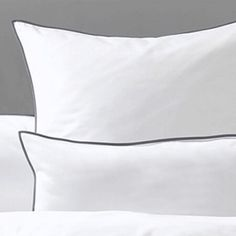 Klassische weiße Bettbezüge aus Baumwoll-Perkal mit farbiger Paspel. Wählen Sie die Paspel in grau, rot oder natur. Elegant, Modern, Bed Pillows, Pillow Cases, Bed Covers, Damask, Textiles, Pillows, Red