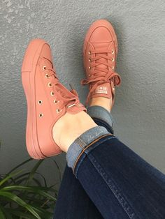 These Sneakers are really awesome. adidas, sneakers best sneakers, best sneakers 2019 , sneaker best sneakers 2019 womens, hottest sneakers best shoes best sneakers of all time Source by cómodos mujer 2019 Sneaker Outfits, Converse Outfits, Mode Converse, Converse Shoes, Converse Chuck, Jean Outfits, Leather Converse, Moda Sneakers, Sneakers Mode
