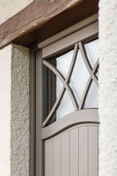 *PIERRET REALISATIE* - Pastorij deur met een bijzonder kruishout tekening in het bovenlicht.