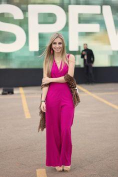 look-da-onca-macacao-pink-look-all-pink-trench-coat-burberry-sandalia-ysl-nude-bolsa-chanel-branca
