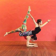 "40 Me gusta, 3 comentarios - Junko (@kominamijunko) en Instagram: ""Acro #pinchamayurasana Play tried first time and we did very well @shidah.yoga hand and my legs…"""