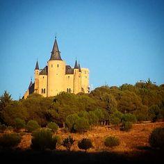 Segovia es un cuento con castillos palacios princesas y caballeros.  #castillo #palacio #photooftheday #nature #clearsky #bluesky #castle #dreams #sueños #magic #magia #mithology #magic #disney #building #design #medieval #Segovia #segoviamola