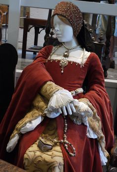 Elizabeth's Red Dress. (The Six Wives of Henry VIII, 2001) Tudor Fashion, Renaissance Fashion, Tudor Costumes, Period Costumes, King Henry, Henry Viii, Fashion Hats, Fashion Wear, Tudor Dress