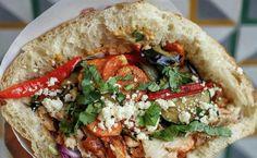 Pour qui ? Celles et ceux qui veulent s'initier au kebab sans trop se graisser les doigts.Plat culte ? Le kebap du mois pour découvrir des saveurs d'ailleurs. Restaurant Streets, Saveur, Cheesesteak, Food Truck, Street Food, Feta, Fries, Kebabs, Snacks