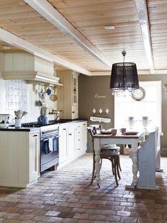 De vloer van baksteen is een mooie aanvulling in deze landelijke keuken. #vloer #landelijk #keuken