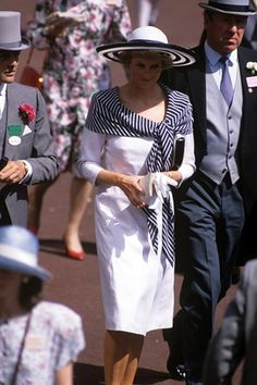 1988 - Princess Diana went for a simple white dress, with a striped scarf and matching wide-brimmed hat for Royal Ascot. Princess Diana also wore this outfit in Australia Royal Ballet, Simple White Dress, Princess Diana Fashion, Charles And Diana, Prince Charles, Isabel Ii, Diane, Lady Diana Spencer, Royal Ascot
