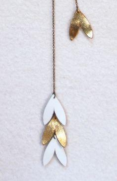 sautoir pétales de cuir blanches & or : Collier par liliblom