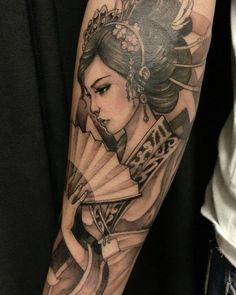 japanische tattoos, tätowierung in schwarz und grau, geisha tattoo