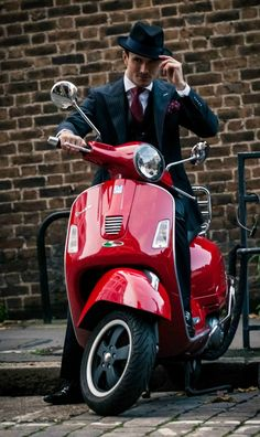 Made-to-measure three-piece suit with burgundy accents and trilby hat Vespa Bike, Vespa Scooters, Piaggio Vespa, Best Scooter, Scooter Girl, Classic Vespa, Trilby Hat, Motor Scooters, Bespoke Tailoring