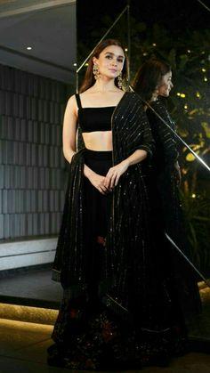 Bollywood fashion 805229608357518291 - Best Alia Bhatt Pics Source by Indian Fashion Dresses, Indian Gowns Dresses, Dress Indian Style, Indian Designer Outfits, Indian Designers, Black Lehenga, Indian Lehenga, Floral Lehenga, Haute Couture