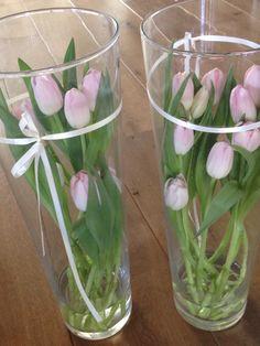 Hoge vaas met tulpen
