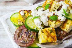 Voici un plat végétarien des plus savoureux: du tofu parfaitement grillé servi sur une salade de concombres croquants, de tendres tomates et de féta arrosée d'une vinaigrette grecque. Pourquoi attendre? Servez ce plat savoureux, regorgeant de légumes d'été frais, lors de votre prochaine réception estivale.