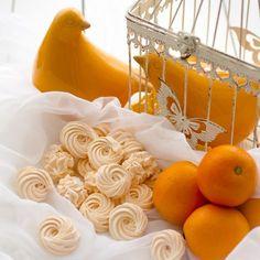 Полюбившийся мне зефир собственного производства, такой простой в приготовлении и вкусный, стал менее сладким и с нотками апельсина, за счет апельсиновой цедры, которая придает легкую горчинку, оттеняя теперь уже в меру сладкий вкус. Это самый настоящий апельсиновый зефир.