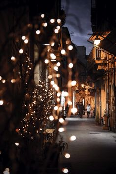 Find images and videos about winter, wallpaper and night on We Heart It - the app to get lost in what you love. Christmas Mood, Christmas Lights, Fall Lights, Christmas Garlands, Christmas Mantles, Christmas Trends, Night Lights, Vintage Christmas, Time Of The Year