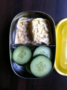 In de kleine gele Pico komkommer en rijstewafeltjes