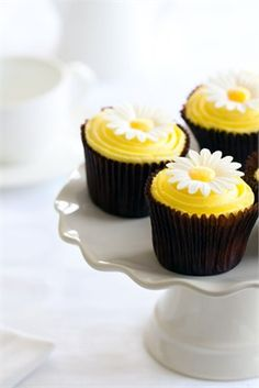 Super sweet daisy cupcakes- great wedding or shower idea