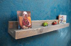 Kobalt blauwe muur, plankje met foto's