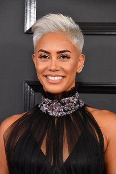 Sibley Scoles - The Best Beauty and Hair Looks From The 2017 Grammy Awards. Celebrity Hair and Make-up Inspiration for Weddings // Jenny Buckland Black Hair Ombre, Silver Grey Hair, Short Grey Hair, Ombre Hair Color, Short Hair Cuts, Short Hair Styles, Sibley Scoles, Shoulder Hair, Brown Hair With Highlights