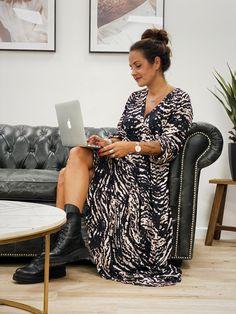 La robe GWENDY longue ML noir de la marque Banditas est une robe longue col V avec manches longues, elle possède un imprimé de couleur noir et beige. Chantal B, Boho Fashion, Beige, Urban, Boutique, Black Colors, Long Sleeve, Bohemian Fashion, Boutiques