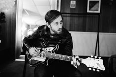 Dan Auerbach of The Black Keys. Probably the only inspirational musician I haven't had the pleasure of meeting. His bluesy guitar licks and soulful voice tend to make my endorphins run all over the place. Easy Guitar, Guitar Tips, The Black Keys Lyrics, Rock Hall Of Fame, Dan Auerbach, Band Posters, Music Posters, Retro Posters, The Jam Band