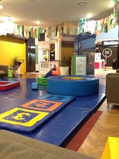 Вот так вот выглядят бесплатные игровые комнаты для детей в шопинг центрах. Почти каждый крупный торговый центр имеет специальную детскую зону, где родители могут отдохнуть после напряжённого дня, в то время, пока дети играют в ярком и интересномместе, оборудованном в соответствии со всеми необходимыми требованиями безопасности. И да, время посещения не ограничено! Education In Australia, Contemporary, Home Decor, Decoration Home, Room Decor, Home Interior Design, Home Decoration, Interior Design