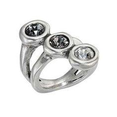 L'anello Alterego di UNO DE 50, in metallo bagno d'argento con 3 cristalli di Swarovski® elements disposti in diagonale: look unconventional e ispirato!