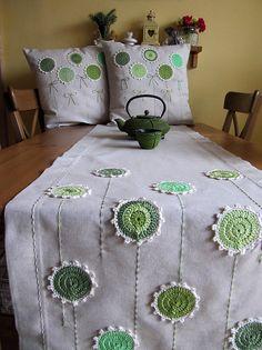 Úžitkový textil - ide sa po zelenej a režnej. Crochet Cushions, Crochet Pillow, Crochet Motif, Crochet Doilies, Crochet Flowers, Knit Crochet, Crochet Patterns, Crochet Afghans, Crochet Decoration