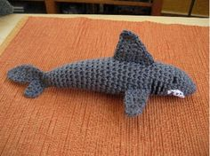 crochet shark pattern will need translated! Crochet Animals, Crochet Toys, Crochet Baby, Knit Crochet, Crochet Shark, Crochet Mermaid, Learn To Crochet, Crochet For Kids, Amigurumi Patterns