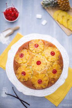 In moltissimi preferiscono questo dolce sopra ogni altri, grazie alla sua freschezza e ai sapori decisi: la #torta #rovesciata all'#ananas è deliziosa ed esteticamente un trionfo da servire nelle grandi occasioni! Il #caramello in superficie accoglie le fette di ananas, che racchiudono bellissime #ciliegie #sciroppate...la ciliegina sulla torta ;-) #ricetta #GialloZafferano