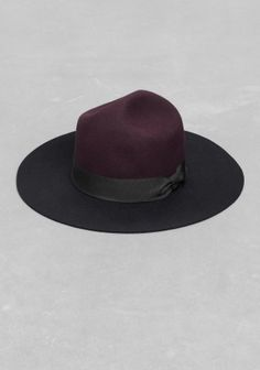 & OTHER STORIES Made from felted wool, this elegant hat has a grosgrain ribbon and a contrasting floppy brim.