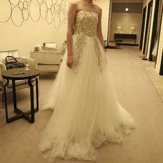 David Fielden「デヴィッドフィールデンのAライン。 スレンダーを探していたけど、花嫁さんらしいボリュームドレスにも憧れが‥そんなとき出逢ったドレス。 柔らかいチュールに程よいボリューム、少し低めのウエストライン、ゴールドの刺繍‥大好き! でも、お別れして12709を選ぶか迷っています。。 #デヴィッドフィールデン…」