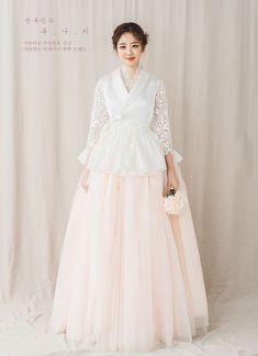 Korean bride in modern hanbok Korean Traditional Clothes, Traditional Fashion, Traditional Dresses, Hanbok Wedding, Muslimah Wedding Dress, Wedding Dresses, Korea Dress, Hijab Stile, Modern Hanbok
