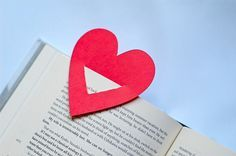 Como fazer marcador de livros coração Creative Bookmarks, Creative Crafts, Home Crafts, Diy And Crafts, Origami Paper, Book Quotes, Bullet Journal, Symbols, Lettering