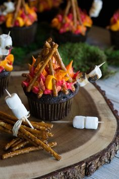 Cute cupcakes for all campers. Your favorite cupcake flavor decorated with flames, pretzel logs, and toasty mini marshmallows! Mickey Cake Pops, Yummy Treats, Delicious Desserts, Sweet Treats, Yummy Food, Campfire Cupcakes, Campfire Cake, Camp Cupcakes, Cupcake Recipes