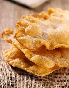 Tortas fritas dulces. 3 y 1/2 tazas de harina - 1 taza de grasa vacuna (no muy llena) - 1/2 cucharadita de sal - 3 cucharadas de agua tibia (o algo mas) - grasa vacuna cantidad necesaria para freír - azúcar para espolvorear (opcional)