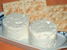 Este é já um velho hábito, fazer queijo fresco e requeijão. Só o faço quando vou ao supermercado e me lembro de comprar leite do dia (não fu...