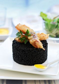 cous-cous negro con puntilla de calamar en tempura y alioli de azafrán