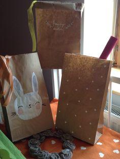Velikonoční papíráci Veselé ale zároveň velmi jedinečné Velikonoční pytlové dekorace, rozzáří každý tmavý kout v domě, kavárně nebo výloze :) Měří 39 cm na výšku, jednovrstvé a velmi pevné, v hnědé barvě ...puntíkatý, happy easter, králík...lze využít i jako obaly na květináče, na jarní větvičky nebo jako pytlíky na sladkosti a nebo je postavit na...