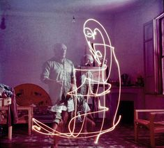 """Remarkable Photos Show Picasso """"Painting"""" With Light"""