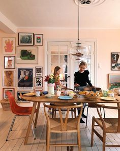 Pictures that go all the way to the floor Art wall in the dining room The feeling of Home Interior design inspo Home decor ideas and inspiration Dining Room Design, Interior Design Living Room, Dining Area, Living Room Decor, Interior Decorating, Dining Rooms, Decorating Ideas, Swedish Interior Design, Decor Room